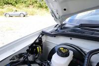 対歩行者の事故の際に、ボンネットを約70mm押し上げてエンジンとの間に衝撃を吸収する空間を設ける、アクティブボンネットのアクチュエーター。