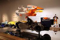 「ルノーR25」のカットモデル。展示台は鏡面仕上げのステンレス板で、フラットボトムの構造もよくわかる。
