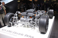 「SLS AMGクーペ エレクトリックドライブ」のローリングシャシー。