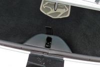 時々ヘソを曲げるガラスハッチのラッチ受け。何度ハッチを閉じてもロックがかからないときは、車内に戻ってハッチの解錠レバーを2、3度上下させてみましょう。