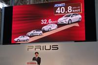 4代目「プリウス」の燃費は、JC08モード値で最高40.8km/リッター。新規投入された4WD車を含め、全グレードが先代の最高値を上回る。