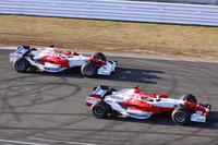 ホームストレートをランデブー走行するヤルノ・トゥルーリの「TF108」(左)とティモ・グロックの「TF107」(右)。