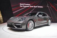 ジュネーブモーターショーに出展された、「ポルシェ・パナメーラ」の派生モデル「パナメーラ スポーツツーリスモ」。