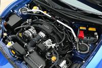 「BRZ tS」に搭載されるエンジンのスペックは、「BRZ」と同じ200psと20.9kgm。STI製フレキシブルタワーバーは「tS」の専用装備品。