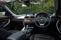 「BMW 335iグランツーリスモ スポーツ」の室内。テスト車のインテリアトリム「ブラッシュドアルミトリム/マットコーラルレッドハイライト」(2万7000円)はオプション。