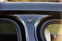 カーボンを随所に使用したボディー構造「カーボン・コア」は新型の見どころのひとつ。写真はBピラーに貼られたバッジ。