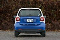 """全幅は従来モデルより100mm広がって、1665mmに。真後ろからだと""""フツウの""""小型車に見える。"""