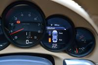 4WDの「カレラ4」では、走行状況に応じて、瞬時に前後のトルク配分が行われる。5連メーターの右から2番目には、リアルタイムにその様子が示される。