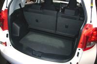 荷室の様子。側面に設けられたレバーの操作で、荷室側からもリアシートを畳むことができる。