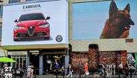 ミラノの街中に掲げられた、新生「アルファ・ロメオ・ジュリア」の看板(写真左上)。