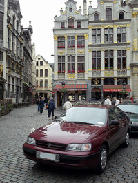 ブリュッセルを代表する広場グラン・プラスで。1990年代中盤に英国工場で生産された欧州仕様の「カリーナ」(日本名:コロナSF)。