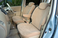 内装の写真は「20S」。SUV風味の「PLAYFUL」は、シート生地に丈夫なカブロンと、撥水加工を施したジャージのコンビネーションが使われる。