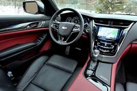 インテリアカラーは「ジェットブラック/モレロレッドアクセント」。カーボンのトリムパネルがスポーティーさを強調する。。