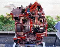 これは、フロントのモーターとCVTのユニット。エスティマハイブリッドは、発進、低速時にはモーター、通常走行ではエンジン、全力加速時には双方を動力源とする。
