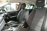 ヘッドレストの支柱がシートバック内部に無いという新設計のシートは、後部からの衝突時に体が沈みやすくなり、むち打ち障害の軽減が実現できるとのこと。写真は「GTライン」のスポーティな形状のシート。