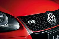 GTIを彷彿とさせる顔ながら、バッジは「GT」。 ボデイlカラーは3色。限定350台の内訳は、写真のサルサレッドが50台、ディープブラックパールエフェクト200台、カンパネーラホワイト100台となっている。
