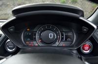 メーターパネルは、アナログ式のエンジン回転計と、デジタル式の速度計が組み合わされる。左下に見えるボタンを押すと、ディスプレイの色調が赤に変わる。