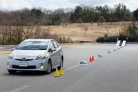 「ECOS ES31」と従来モデルとの転がり抵抗比較テストの様子。後方に見える斜めの台にテスト車両を置き、ブレーキを解除してどこまで進むかを計測する。