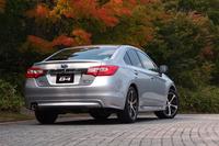 """6代目「レガシィ」のもう1車種は、セダン「B4」。これら個性の異なる2モデルが、""""スバルの頂点""""をになう。"""