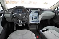 インストゥルメントパネルの中央には17インチのタッチスクリーンが備わる。ナビゲーション用地図の表示のほか、オーディオやエアコンの調整、あるいはライト、ドアロック、パノラミックルーフ、車高調整など車両各部の操作を行うことができる。