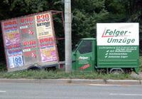 クラブのイベント広告(左)と引越し屋の広告が並ぶ。
