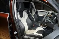 一部の仕様には、サイドサポートの張り出したスポーツシートをオプション設定。