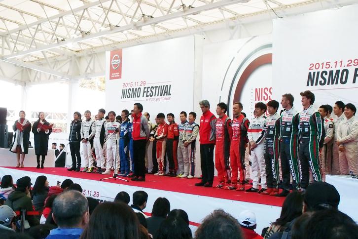 グランドスタンド裏イベント広場のステージで行われたオープニングセレモニー。参加全選手および監督が登壇した。