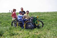 これが「チキバン号」の正体。運転している旧車愛好家の長谷川衛孝さんが、昭和30年ごろの農業用の石油発動機(500cc、出力3ps)を用い、自作したイベント専用車(?)である。一日中、ほとんど休みなしに希望者を乗せて走り回った長谷川さん、お疲れさまでした。