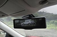 リアカメラの映像を映し出す「スマートルームミラー」。荷物や乗員にさえぎられることなく、クリアな後方視界が得られる。