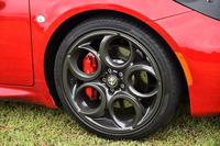 「4C」のホイールは、前後で径が異なる。セットオプションの「スポーツパッケージ」を選択したテスト車には、それぞれ標準よりも1インチ大きい、フロント18インチ(写真)、リア19インチのアロイホイールが装着されていた。
