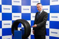 「ミシュラン・パイロットスポーツ4」と日本ミシュランタイヤ代表取締役社長のポール・ペリニオ氏。