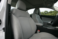 「バージョンS」にはヌバック調ファブリックのスポーツシートが標準装着される。