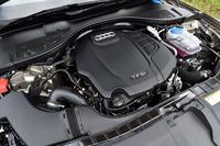 「2.0 TFSIクワトロ」のエンジン。従来の「2.8 FSIクワトロ」を大きく上回る、252psの最高出力と37.7kgmの最大トルクを発生する。