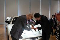 第一号車のオーナー(左)に感謝の気持ちをこめ深々と礼をする光岡社長。