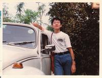 買ったばかりの「スカイライン2000GTターボ」Tシャツを着て得意気な中学2年の筆者。1980年。
