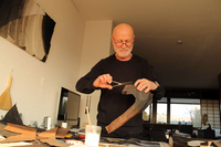 ジュネーブで美濃和紙を用いたペーパークラフトを制作するジャン・フィルテールさん(70歳)。アトリエ兼住居の窓には障子を据え付けている。