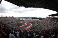 メキシコGPの舞台は、GPが行われるサーキットで一番の高地(標高2300m)にあるエルマノス・ロドリゲス。ヘルマン・ティルケにより改修されたコースの目玉のひとつ、スタジアムセクション(写真)は連日多くの観客で埋め尽くされた。写真奥には特徴的な表彰台も見える。(Photo=Mercedes)