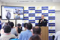 「ベクター4シーズンズ ハイブリッド」の製品説明と、今後の戦略を語る日本グッドイヤーの金原雄次郎代表取締役社長。