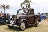 この日の最古参、唯一の戦前生まれである1937年式「ダットサン17型トラック」。基本構造を共有するセダンやクーペなどより、トラックはさらにおもちゃっぽく見える。エンジンはサイドバルブ722cc直4。ナンバーの「三」とは三重県のこと。