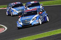 常勝軍団「シボレー・クルーズ」。2011年は3台のワークス体制で、日本ラウンドを迎えるまでに18戦中16勝と圧倒的な強さを見せている。