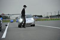直進する「リーフ」の前にいきなり人影(人形)が! もはやブレーキをかけて衝突を回避している余裕はない。