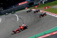 予選Q3で速いソフトタイヤではなくミディアムを選び、レースに備えたフェラーリ勢。8番グリッドからスタートしたアロンソ(写真前)は終盤ソフトタイヤで追撃に出たが、グロジャンを抜き切れず表彰台間近の4位入賞に終わった。ポイントリーダー、ベッテルとの差は21点から34点に拡大してしまった。(Photo=Ferrari)