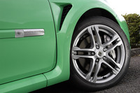 タイヤは、特別に開発されたという「コンチネンタル スポーツコンタクト3(215/45R17)」が装着される。ブレーキは、フロントに、直径312ミリのブレンボ製ベンチレーティッドディスク+ブレンボ製4ポットキャリパー、リアには、直径300ミリのブレンボ製ソリッドディスク+TRW製シングルピストンキャリパーが組み合わされる。