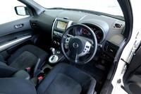 運転席まわりの様子。保温保冷機能のあるカップホルダーやグラブボックスは健在。マイチェンを経て、メーター中央には車両情報ディスプレイが追加された。
