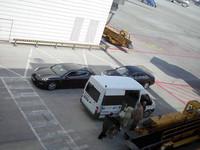 こちらも、ミュンヘン空港で。車いす用車両の向こうに待機しているのは……。