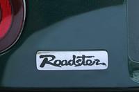 筆で書いたような書体が特徴的な、初代「ロードスター」のロゴ。文字の色は当初は黒だったが、2度のマイナーチェンジにより赤、緑と変化していった。