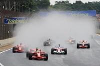 直前に雨が降り、10分遅れでスタート。ポールシッターのマッサを先頭に、ヤルノ・トゥルーリ、ライコネンが1コーナーへ。(写真=Ferrari)