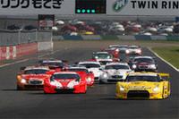GT500クラスのスタートシーン。レースは、最初から黄色いGT-Rの主導で進んだ。