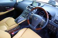 二段式のセンターコンソールが特徴的な、HS250hの運転席まわり。