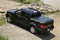 エクスプローラーのボディ後半を荷台にした「スポーツトラック」。4リッターV6のほか、80台限定で4.6リッターV8モデルも選べる。